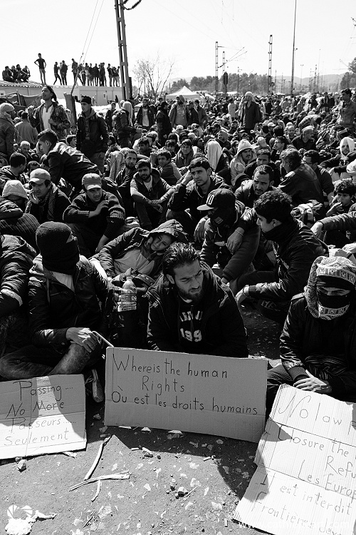 Refugees seeking open borders at Idomeni